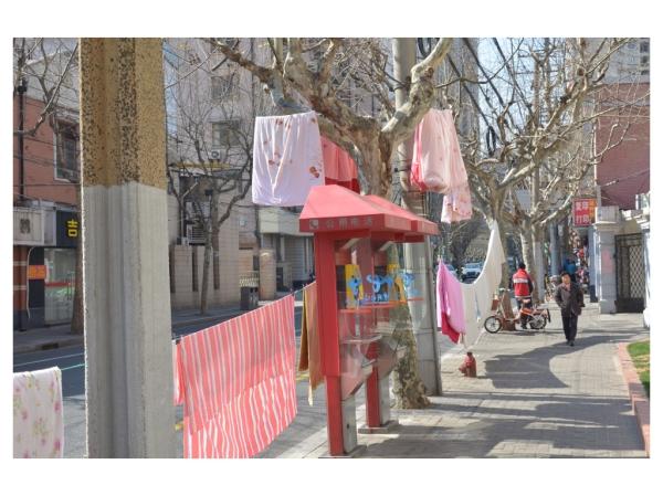 Samstags ist Waschtag, Bettwäsche trocknen an der Straße