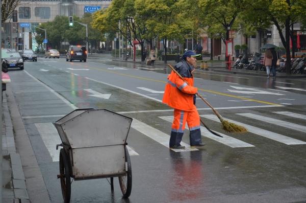 Straßenkehrer sorgen überall für Sauberkeit.