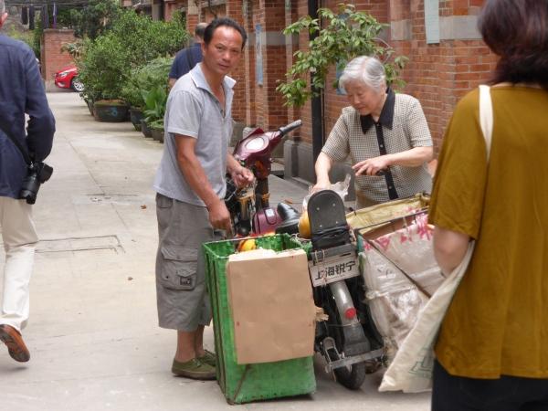 Fahrender Obsthändler bei der Arbeit